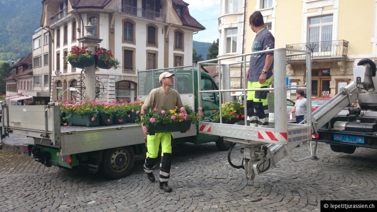 Parer l'hôtel de ville avec ses traditionnels géraniums