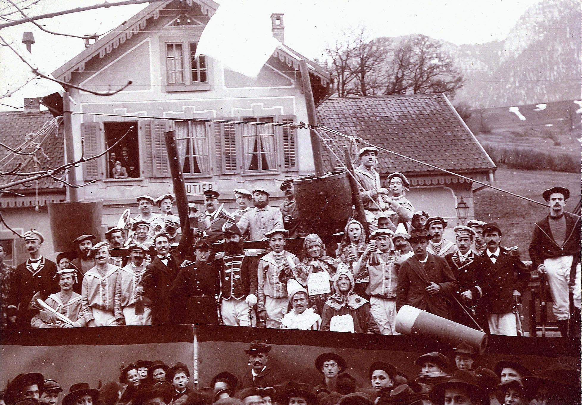 Troupe de théâtre arrivant  à la gare de Moutier