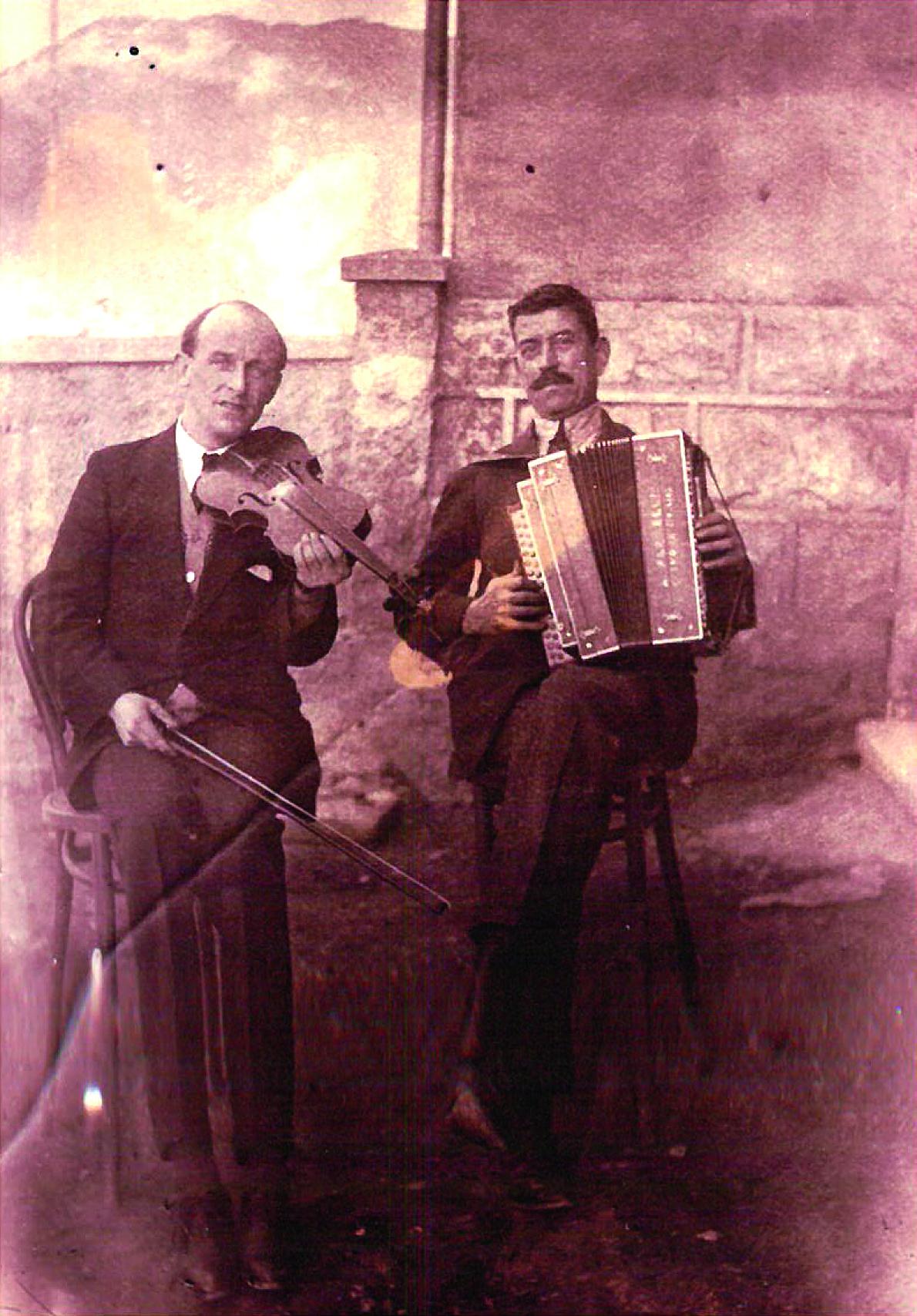 Musiciens au Tripoli devant  la maison Tissot  à la rue des Œuches