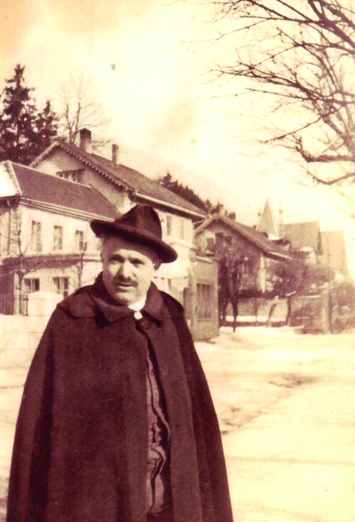 Ouvrier du tunnel résidant à la pension Pedrocchi posant devant le café du Jura